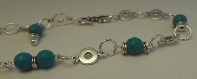 Collana girocollo con perle turchese, pietra della luna e dischi argentati