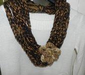 Sciarpa collana con fiore realizzata ad uncinetto marrone e color oro