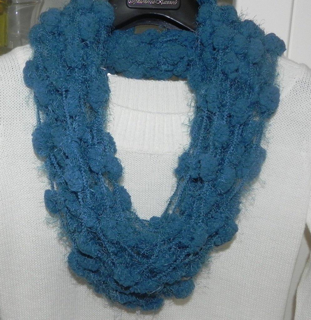 Sciarpa collana realizzata a mano con filato pon pon verde petrolio