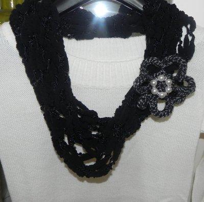 Sciarpa collana realizzata a mano con filato pon pon nero