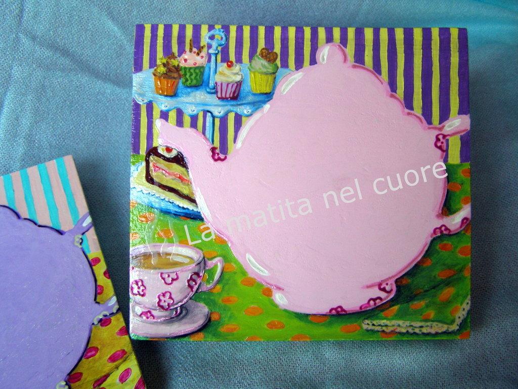 Lavagna piccola teiera rosa con tazza di the fumante cupcakes e torta