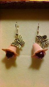 Orecchini pendenti con charm farfalla e fiore rosa
