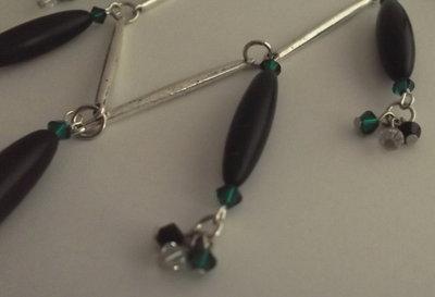 Collana di perle di corno nero e bicono Swarovski cristallo, verde smeraldo, nero e links argentati