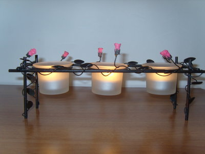 Porta candele in metallo con bicchieri in vetro e rose in resina