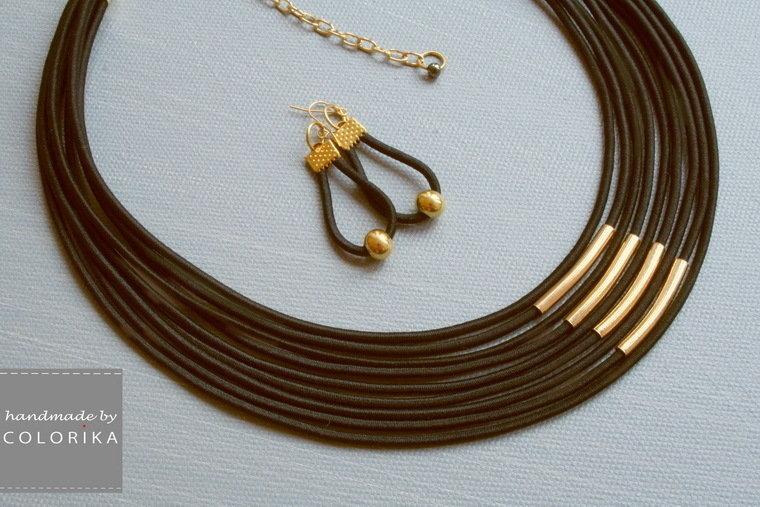 collana tessile e orecchini, colori: nero, oro