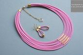 collana tessile e orecchini, colori: rosa, oro