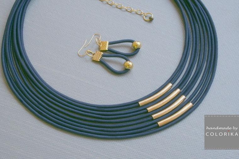 collana tessile e orecchini, colori: blu , oro
