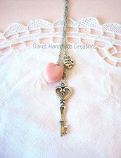 Collana con macaron rosa a forma di cuore, charm made with love e chiave grande