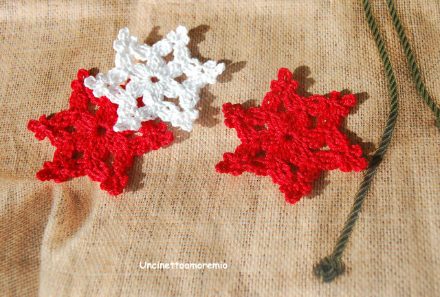Decorazioni Natale - fiocchi di neve - in rosso e bianco ad uncinetto