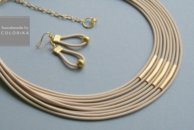 collana tessile e orecchini, colori: beige, oro