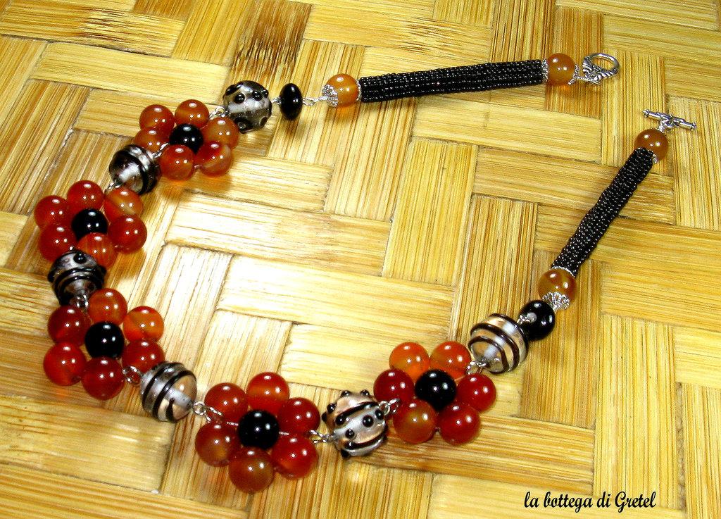 collana floreale arancio e nera