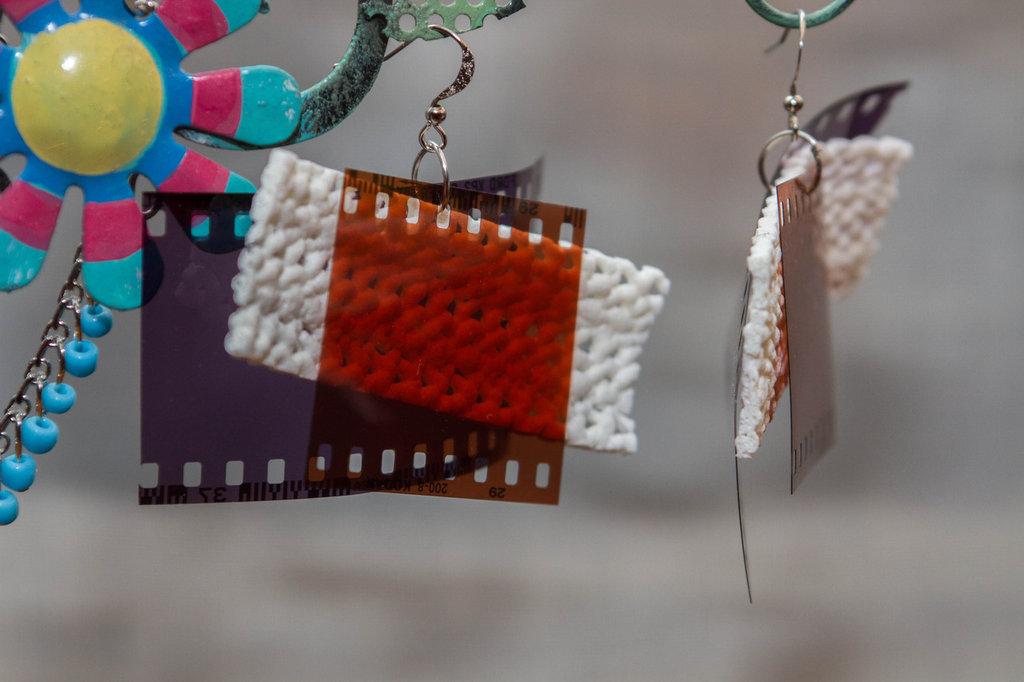 Orecchini con pendente di pellicola fotografica e gomma
