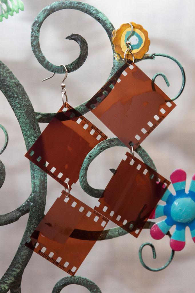 Orecchini con pendente di pellicola fotografica #2