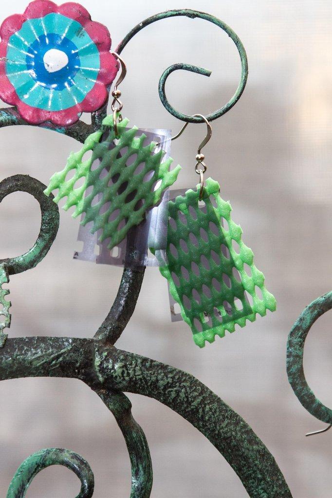 Orecchini con pendente di pellicola fotografica e gomma verde