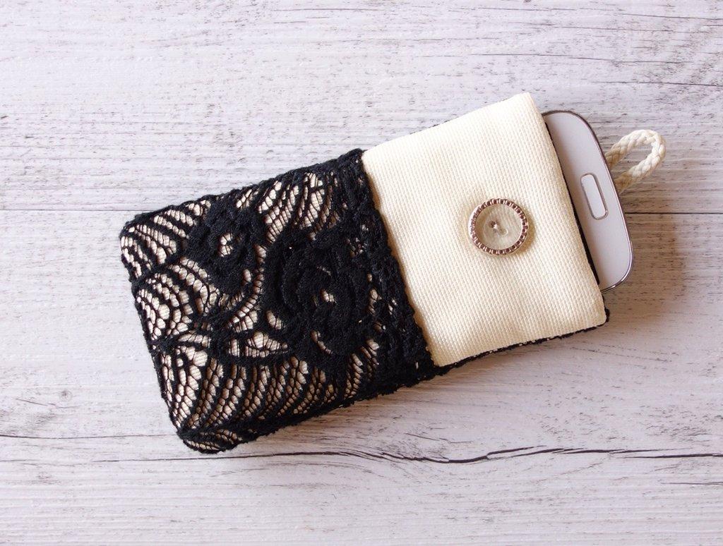 Custodia in tessuto imbottita per smartphone Pizzo bianco e nero con tasca 100% fatta a mano - prodotto solidale in aiuto di animali abbandonati