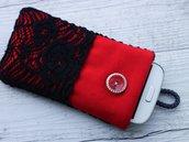 Custodia in tessuto imbottita per smartphone Pizzo rosso e nero con tasca 100% fatta a mano - prodotto solidale in aiuto di animali abbandonati