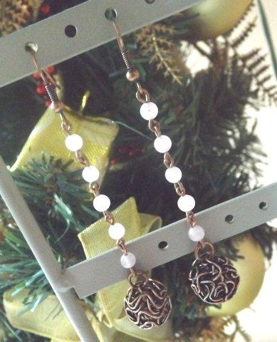 Orecchini con agata rosa e pallina in filo color rame idea regalo Natale