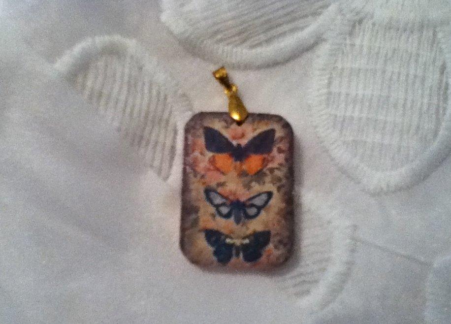 Ciondolo in legno con farfalle vintage