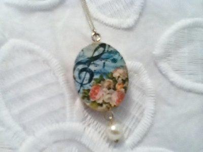 Ciondolo in legno double face chiave di violino floreale