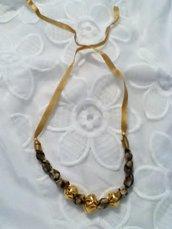 Collana in stoffa e perline sui toni del marrone con dettagli dorati