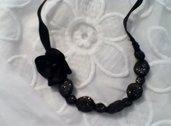 Collana in stoffa e perline nero e oro dettaglio fiore