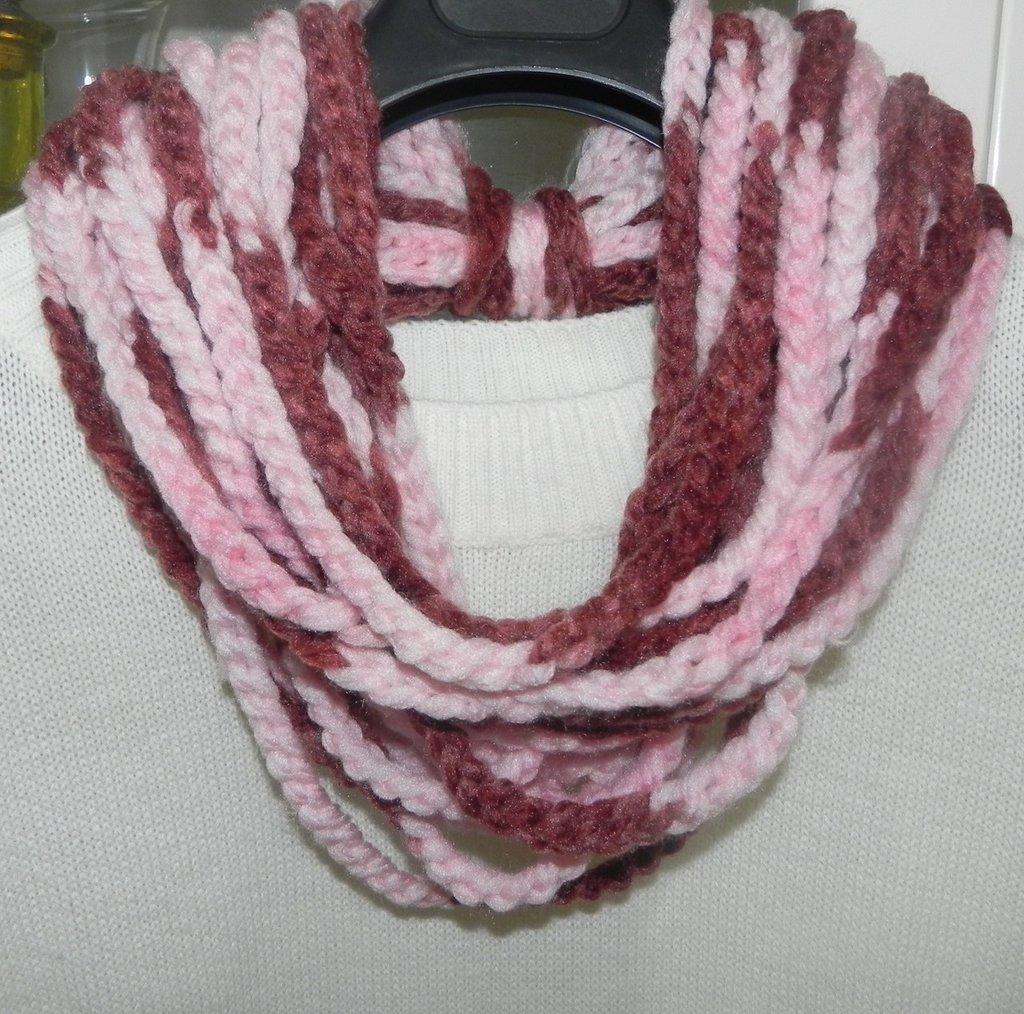 Sciarpa collana  realizzata ad uncinetto toni del rosa