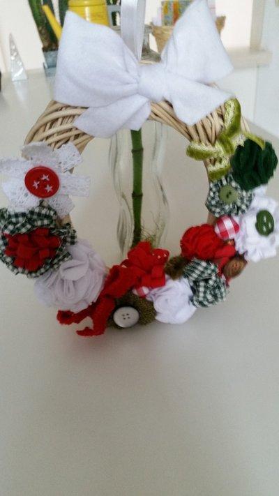 Ghirlanda natalizia in vimini con fiori in tessuto