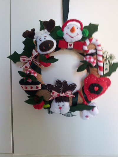 Ghirlanda natalizia con applicazioni fatte a mano a forma di renne, cuori,pupazzui ecc..