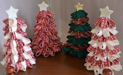 Alberi di Natale in feltro su base di polistirolo