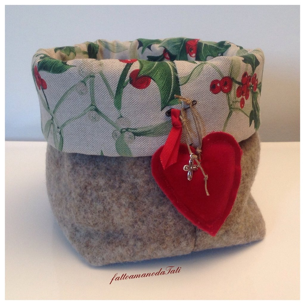Cestino natalizio in lana cotta ,agrifoglio e cuore rosso
