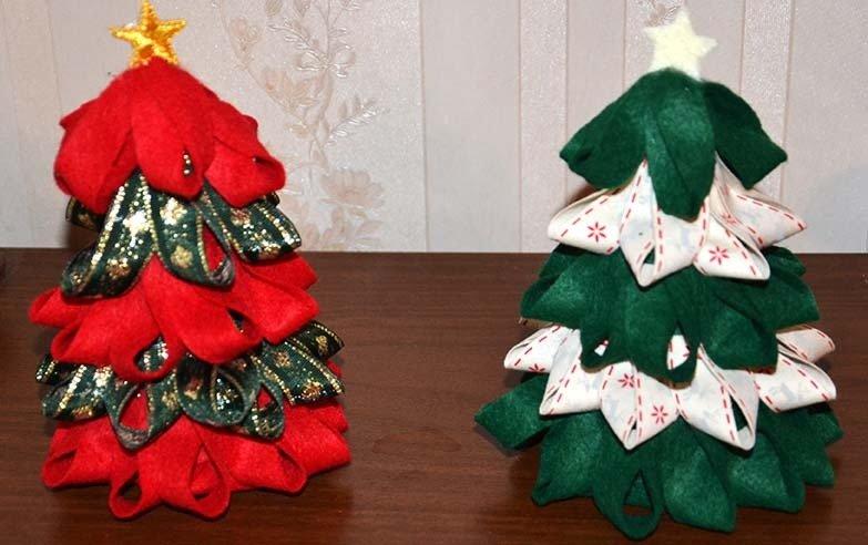 Alberelli di Natale decorati con pannolenci e nastri natalizi