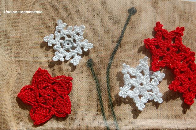 Decorazione Natale: stelle e fiocchi di neve  in bianco e rosso