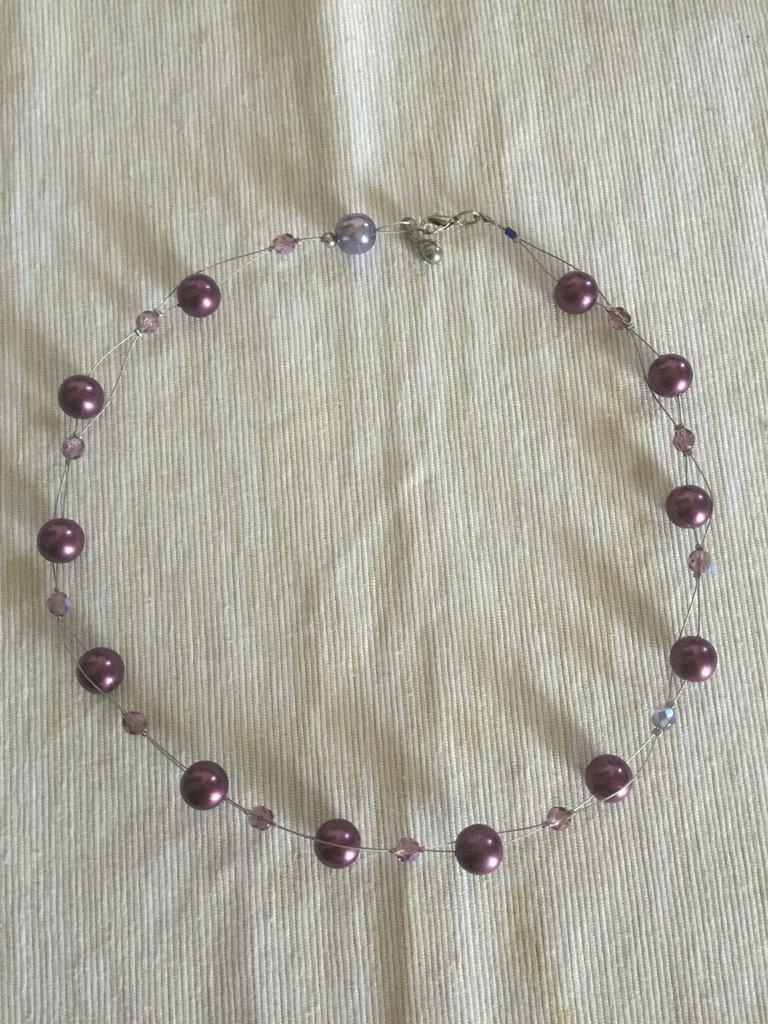 Deliziosa collana con pietre dure e perle in acrilico su filo d'acciaio