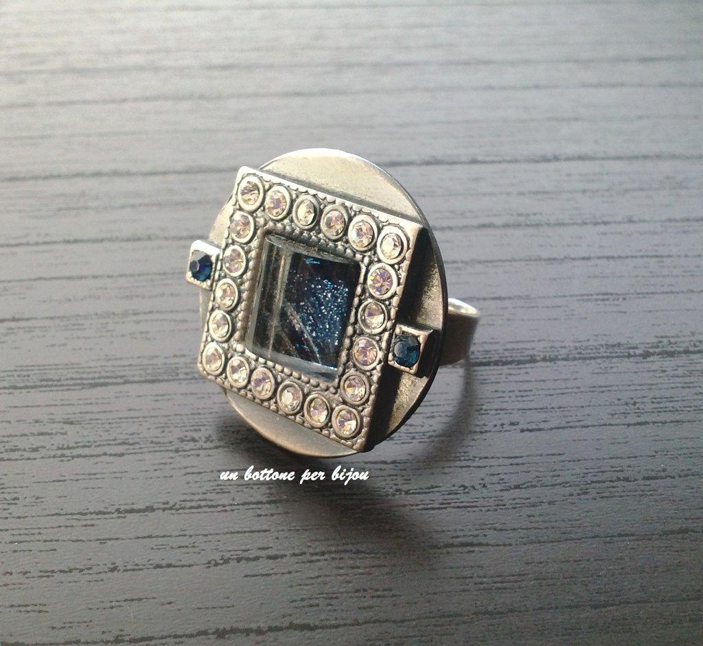 Anello con bottone gioiello vintage in metallo argentato,strass bianchi e blu