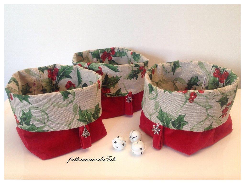 Cestino in velluto rosso e cotone stampa agrifoglio ornato da charm natalizio