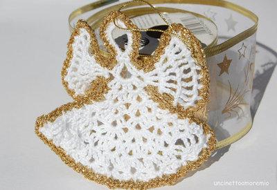 Decorazione Natale: angelo addobbo in bianco e oro ad uncinetto - mod.1