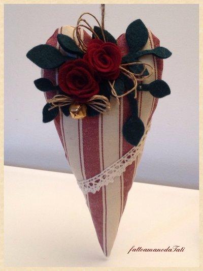 Cuore natalizio di cotone a righe bordò con rose