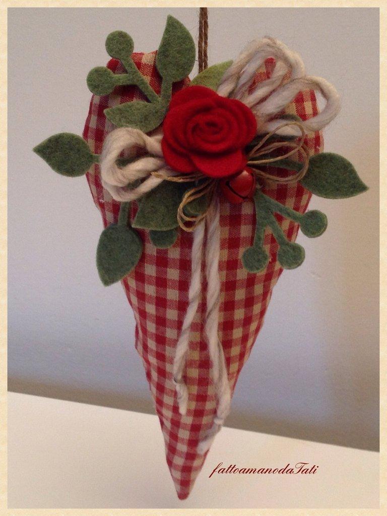 Cuore in cotone a quadretti rossi con rosa di panno