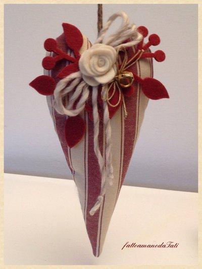 Cuore in cotone a righe bordò con rosa bianca