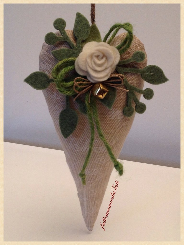 Cuore in cotone naturale con scritte e rosa bianca