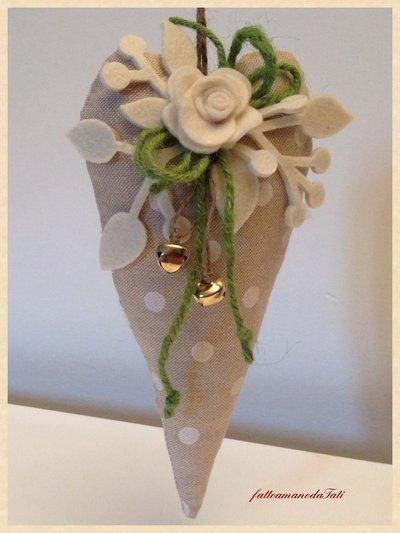 Cuore in cotone a pois con rosa bianca