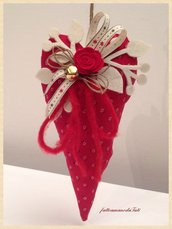 Cuore in cotone rosso a fiorellini con rosa rossa