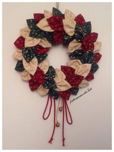 Corona natalizia con petali di cotonine americane