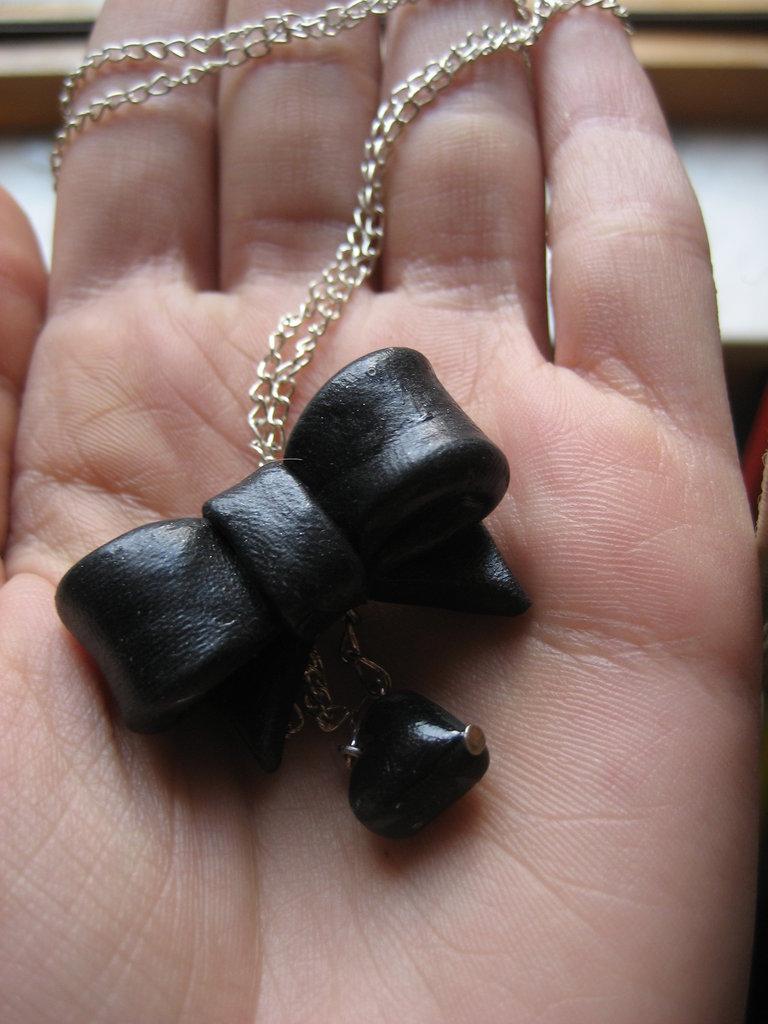 collana fiocco con cuore nero
