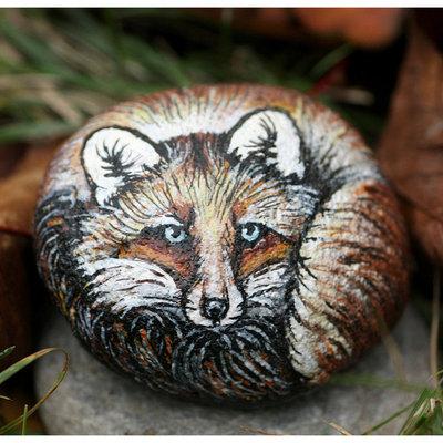 pietra di fiume dipinta con colori acrilici rappresenta una piccola volpe