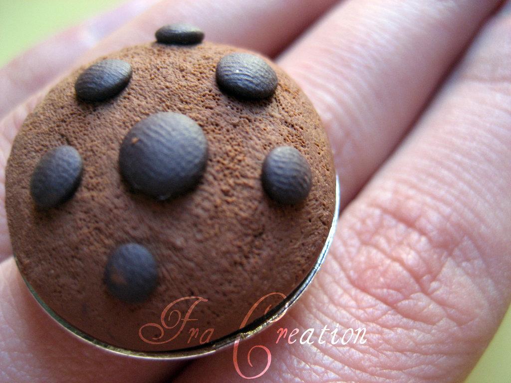 anello biscotto con gocce di cioccolato realistico