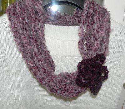 Sciarpa collana realizzata ad uncinetto toni del ROSA-PRUGNA