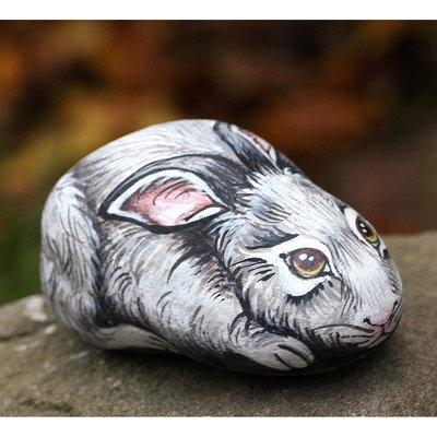 pietra di fiume dipinta con colori acrilici raffigurante un coniglietto