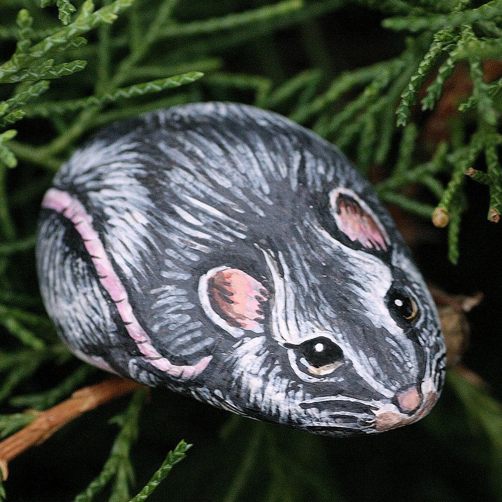 sasso dipinto con colori acrilici raffigurante un topolino