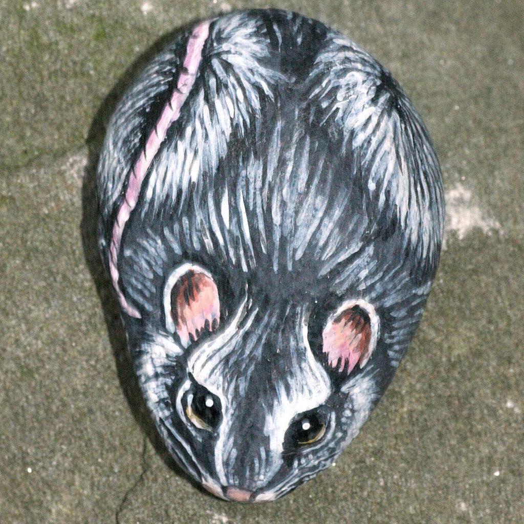 pietra di fiume dipinta con colori acrilici raffigurante un topolino